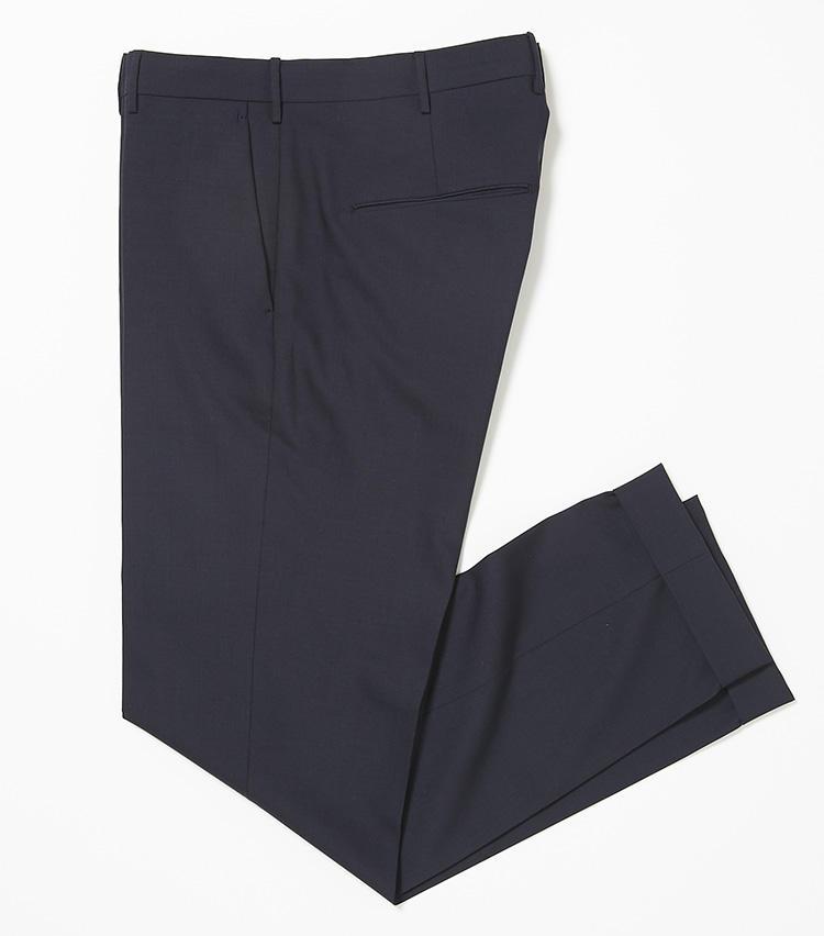 <b>19.ベルウィッチの紺パンツ</b><br />ワードローブに必携のネイビーパンツ。春夏ならポリエステル×ウールのさっぱりとしたこんな生地感がおすすめ。ストレッチも利いてラクチン。3万2000円(バーニーズ ニューヨーク カスタマーセンター)