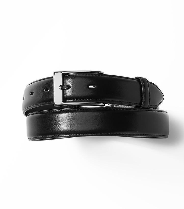 <b>21.バーニーズ ニューヨークのマディソンの黒ベルト</b><br />普段見えないベルトこそ良い革のものを使おう。フランスの高級皮革メーカー、アノネイ社製のカーフを使用した費用対効果の高いオリジナルベルト。1万6000円(バーニーズ ニューヨーク カスタマーセンター)