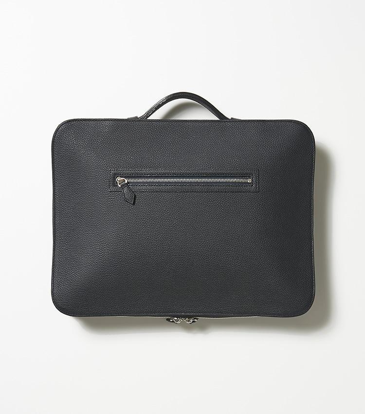 <b>24.バーニーズ ニューヨークの濃紺の2WAYバッグ</b><br />ブリーフケース&クラッチバッグとして使える二刀流。最低限の荷物が小さくまとまるサイズと、ラウンドジップで180度開閉するところが、ものを出し入れしやすい。W27×H36×D4.5cm。3万8000円(バーニーズ ニューヨーク カスタマーセンター)