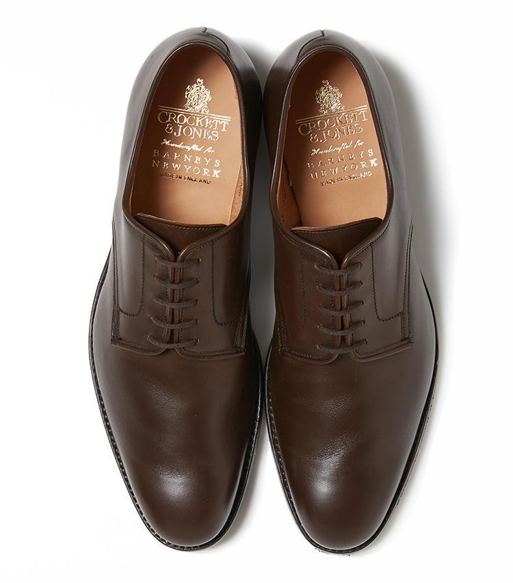 <b>26.クロケット&ジョーンズの茶のプレーントゥシューズ</b><br />人気英国靴に別注したモデル「バーフォード」は、ハーフライニングによるソフトな着用感が魅力。耐水性のあるオイルドレザーを使用し、ラバーソール仕様のため、雨の日用としてもおすすめだ。6万9000円(バーニーズ ニューヨーク カスタマーセンター)