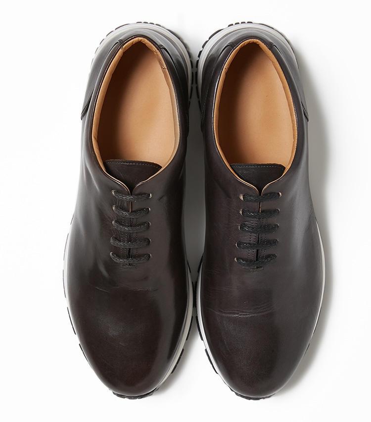 <b>28.レッテリーゼの焦げ茶のレザースニーカー</b><br />イタリア靴に多い上品な表情のレザースニーカー。見た目ドレッシーで履き心地ラクチンな靴は、大人のアクティブな休日に欠かせない。4万8000円(バーニーズ ニューヨーク カスタマーセンター)