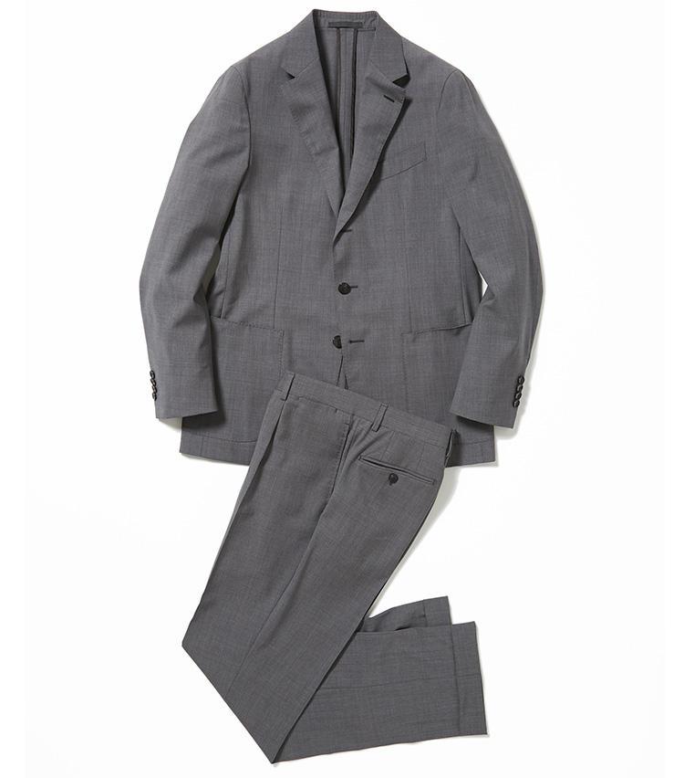 <b>1.カルーゾのグレー無地スーツ</b><br />こちらは軽量モデルの「バタフライ」で、羽織っていることを忘れそうなほどの軽さ。腰回りに1プリーツを入れて、適度なゆとりをもたせたパンツも今どき。13万5000円(ユナイテッドアローズ 六本木ヒルズ店)