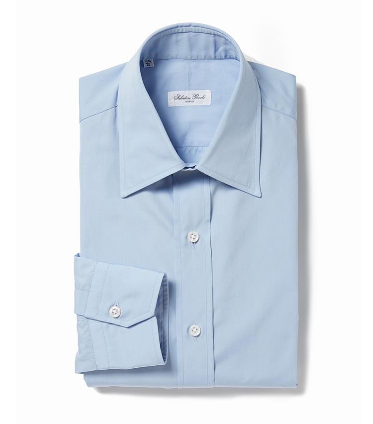 <b>5.サルヴァトーレ ピッコロのサックスブルーの無地シャツ</b><br />イタリアの熟練職人によるシャツは、ジャケットを脱いで一枚になっても着用映え。ここぞというときの最上級シャツとしておすすめだ。2万8000円(ユナイテッドアローズ 六本木ヒルズ店)