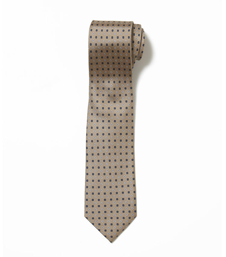 <b>9.エリコ フォルミコラのベージュの小紋柄ネクタイ</b><br />ベージュのネクタイ×グレースーツは相性抜群。こちらは小花柄を等間隔で配置した模様が、控えめでエレガントだ。1万3000円(ユナイテッドアローズ 六本木ヒルズ店)