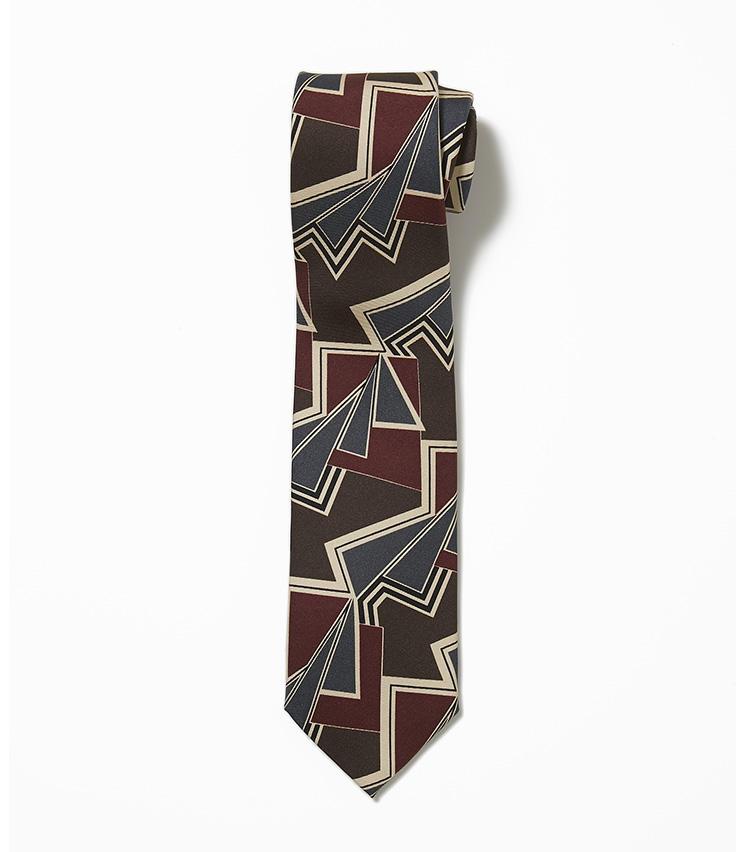 <b>10.ホリデー&ブラウンの茶のヴィンテージ調ネクタイ</b><br />ダイナミックな幾何学模様で、トレンドのヴィンテージ調を表現したネクタイ。色合いが落ち着いているので、今回選んだスーツやジャケットにも馴染みがいい。1万6000円(ユナイテッドアローズ 六本木ヒルズ店)