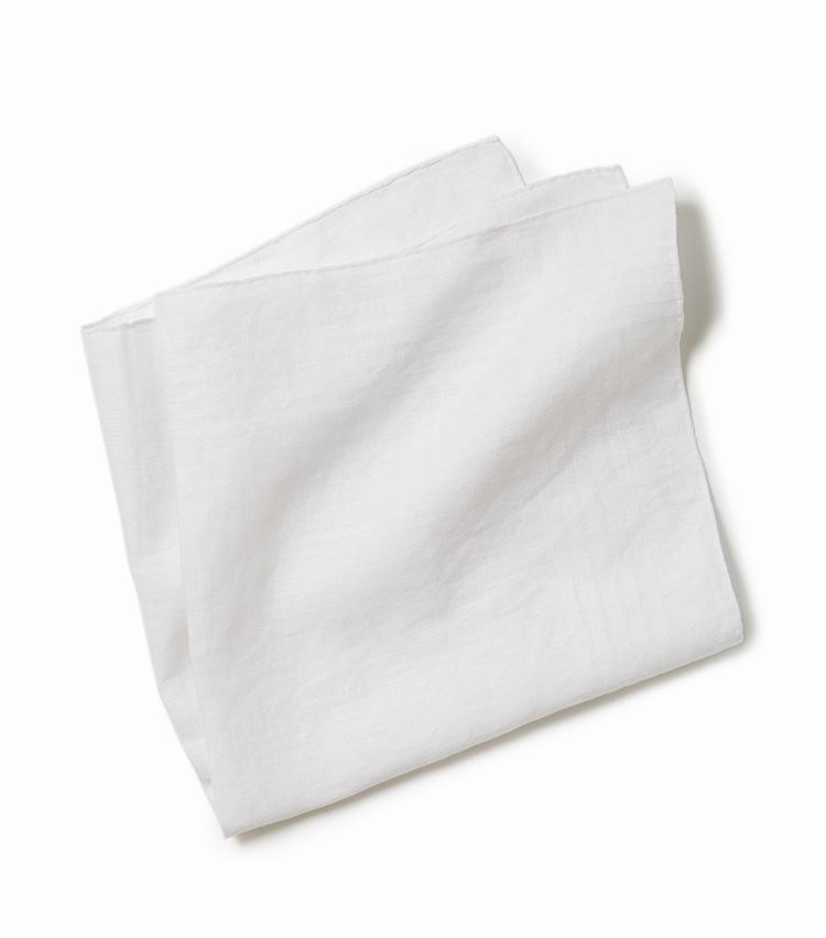 <b>13.ユナイテッドアローズの白のリネンチーフ</b><br />ビジネスに必携の白無地のリネンチーフ。張りのあるアイリッシュリネン素材なら胸ポケット内でもきりっと決まり、TPOも選ばない。44×44cm。3800円(ユナイテッドアローズ 六本木ヒルズ店)