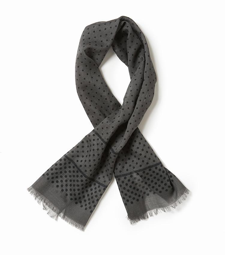 <b>14.フラテッリ ルイージのグレーの水玉柄スカーフ</b><br />細長いスカーフは首元に一巻きしたり、垂らしたりとアレンジが利いて、春先の防寒にも役立つ。こうした巻き物は、モノトーンを選んでおけばビジネスでも使いやすい。33×115cm。1万3000円(ユナイテッドアローズ 六本木ヒルズ店)