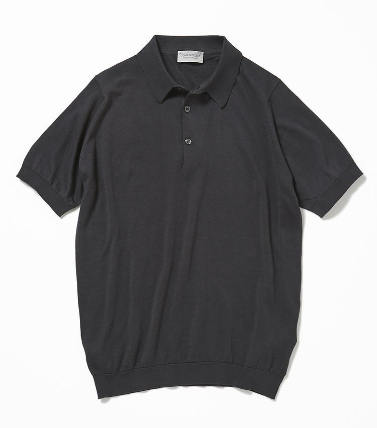 <b>15.ジョン スメドレーのチャコールグレーのニットポロ</b><br />英国ニットの名門。ハイゲージで編んだコットンのニットポロは襟付きで端正な印象があるため、カジュアルデーでも品格を維持できる。2万6000円(ユナイテッドアローズ 六本木ヒルズ店)