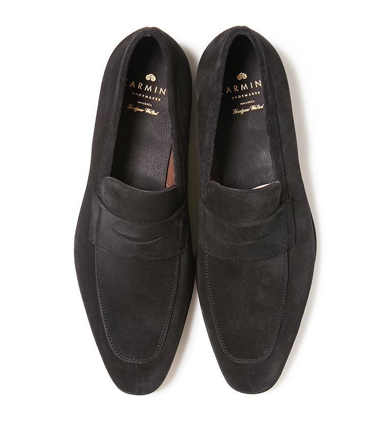 <b>23.カルミナの黒のスエードローファー</b><br />滑らかなブラックスエードのローファーは、スーツからカジュアルボトムの足元まで応用範囲が広い。6万8000円(ユナイテッドアローズ 六本木ヒルズ店)
