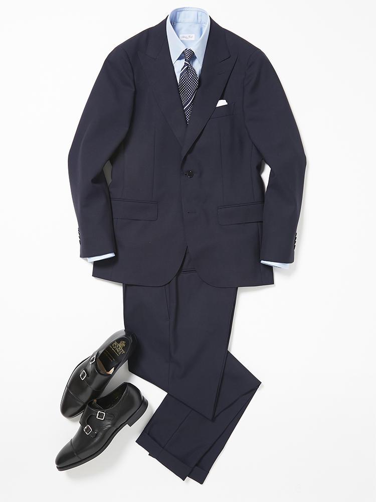 ピークトラペルの紺無地スーツでつくる等身大の装い