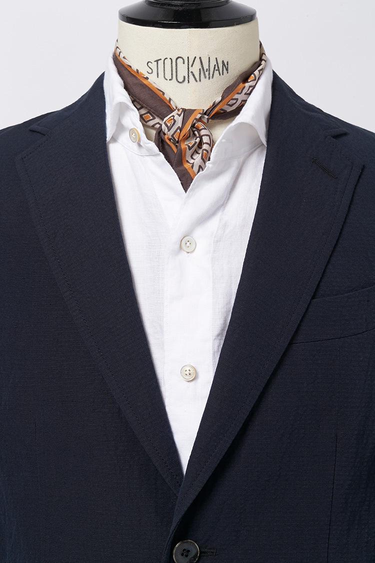 ジャケットにシャツをノータイで着るときは、キュッと結んで中にINするもよし。胸元の開きが抑えられ、タイドアップ的なきちんと感が出せる。<br />スカーフ各7800円/アルテア、ジャケット8万5000円/ザ・ジジ、シャツ3万1000円/フィナモレ(以上アマン)