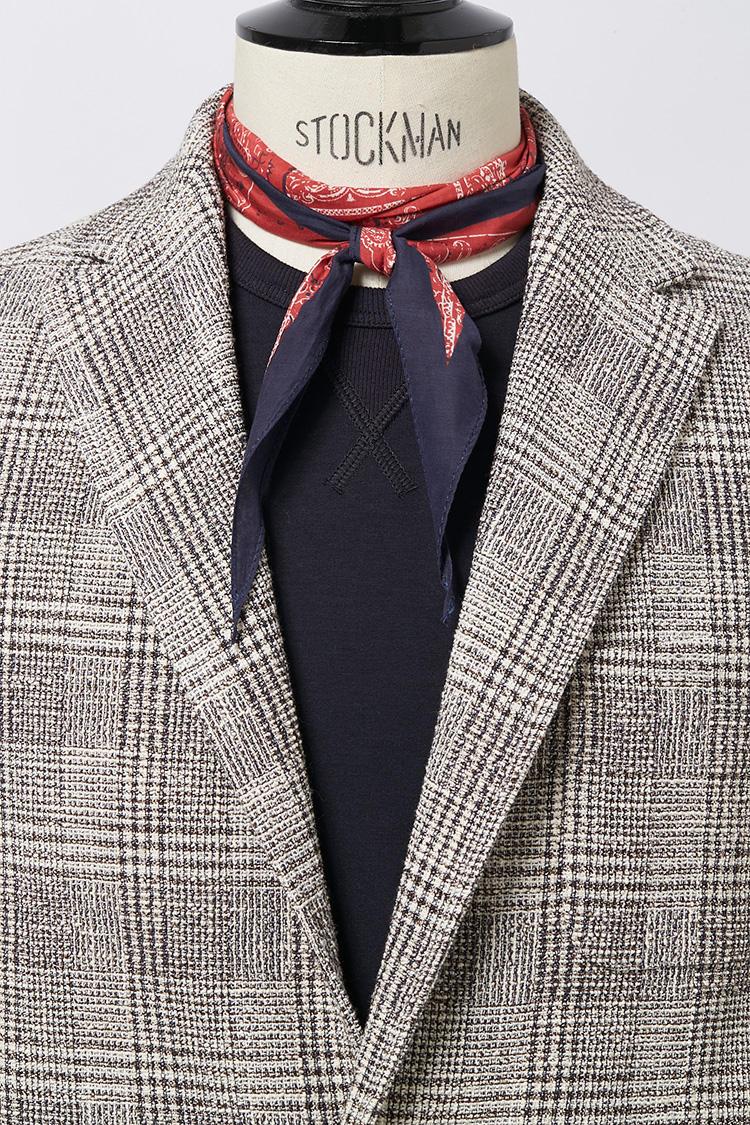 ジャケットのインナーがTシャツなどの場合、INしてもよいし、少し華やかさを出したければ結び目と先端をOUTするもよし。<br />スカーフ各7800円/アルテア、ジャケット5万9000円/アルテア、スウェット2万5000円/マイ ストーリー(以上アマン)