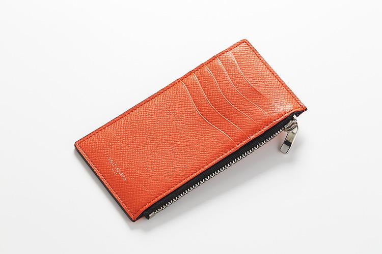 <strong>ペッレ モルビダ</strong><br />牛革製の財布は、カード、紙幣、小銭がバランスよく収まって厚さわずか5ミリ。だから薄くて軽い春夏ジャケットの胸ポケットに入れてもシルエットが崩れにくい。カード室は波型にカットされ、取り出しやすくなっている。縦14×横7.5×マチ0.5cm。1万4000円(ペッレ モルビダ 銀座)
