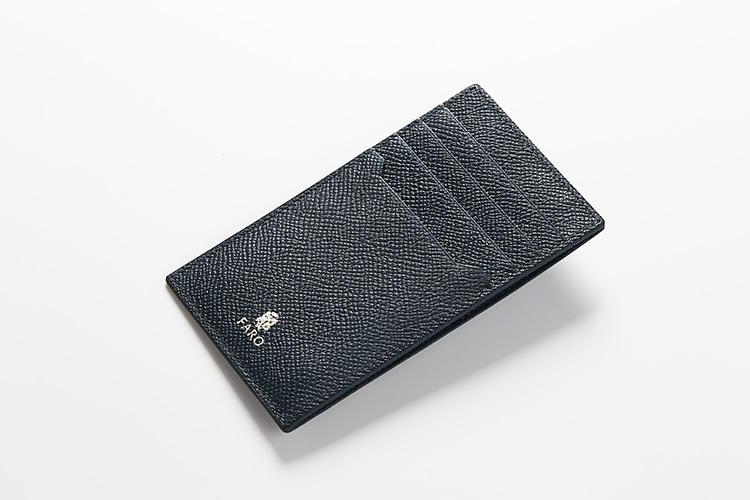 <strong>ファーロ</strong><br />牛革製の「コア ウォレット ボレロ」は、長財布の中にもしまえるサイズ感。カードポケット4室とフリーポケット1室は、一軍と二軍のカードを予定に合わせて入れ替え可能。ジップポケットにはコインはもちろん、鍵なども収納できる。縦13×横7.5cm。1万5000円(ファーロ 新宿ニューマン店)