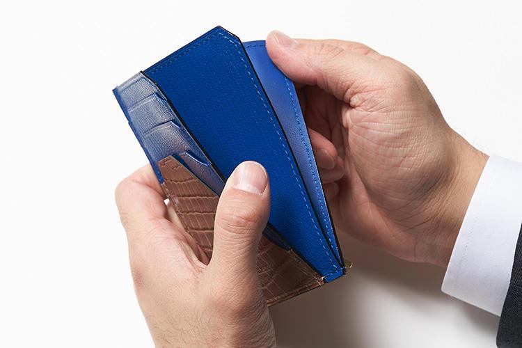 (同・フリーポケット開けているところ)<br />フリーポケットは2辺開きで取り出しがスムーズ。