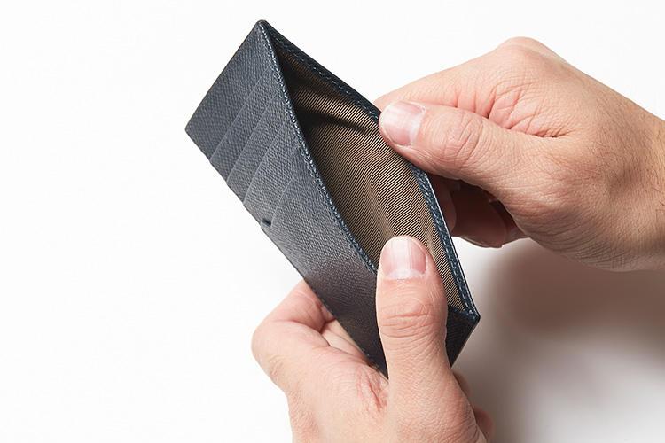 (同・開けたところ)<br />紙幣や領収書、チケットなどが収まるフリーポケット。