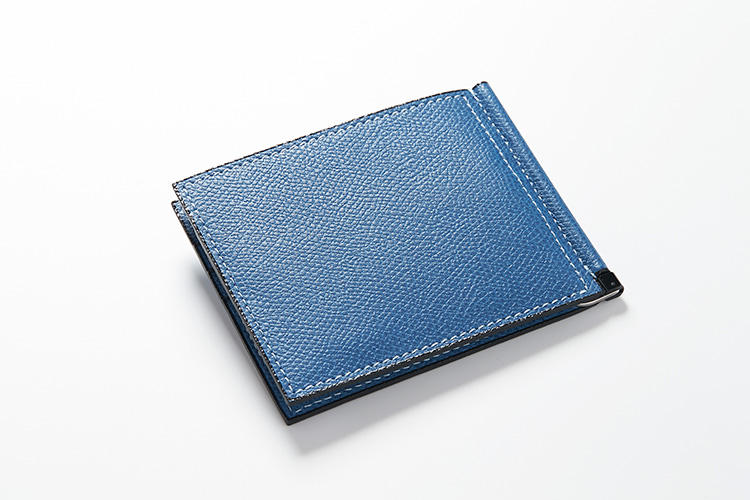 <strong>ヴァレクストラ</strong><br />クレジットカードが普及し始めた1956年、未来のカード社会を見据えて誕生したシングルマネークリップ。ソフトカーフスキンのコバ部分は、オリジナルの染料を何層にも塗り重ね、熟練した職人の手作業により磨き上げられている。縦8.5×横10cm。5万5000円(ヴァレクストラ・ジャパン)