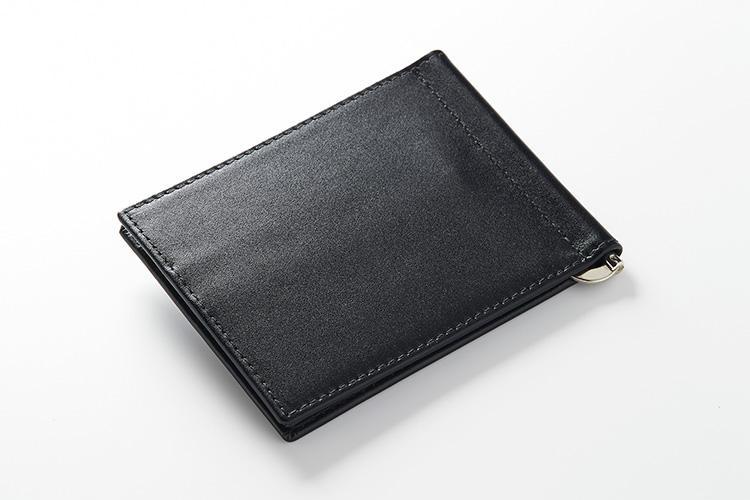 <strong>エッティンガー</strong><br />英国王室御用達の証、ロイヤルワラントを冠するエッティンガーが手がけるのは、イギリスのポンド紙幣の透かしのカラーをイメージして作られたスターリングコレクションのマネークリップ。しなやかなカーフはしっとりと手に馴染む高級感が漂う。縦9×横11.5cm。3万5000円(エッティンガー銀座店)