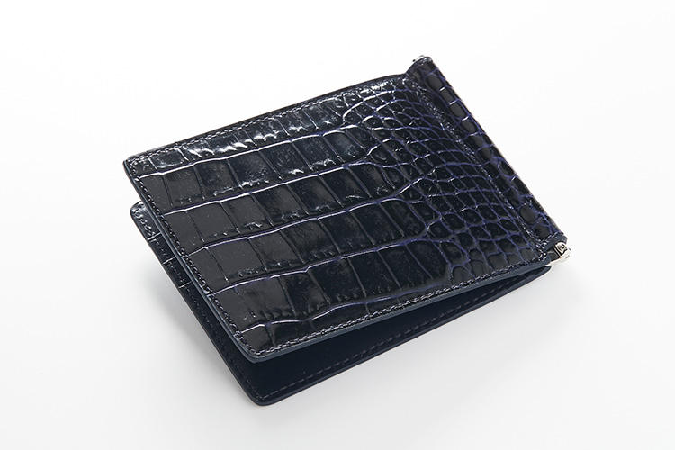 <strong>スマイソン</strong><br />スマイソンは英国王室御用達の証であるワラントを同時に4つホールドしたことがある、世界でたった8ブランドのうちの一つ。光沢のあるクロコの型押しカーフを使った「マラ」は、このブランドを象徴するコレクションのひとつ。リアルクロコと遜色ない革質を誇る。縦9×横11.5cm。3万4000円(ヴァルカナイズ・ロンドン)