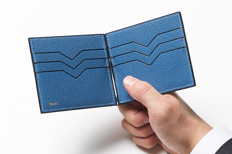 (同・開けたところ)<br />180度に開く作りの良さは特筆もの。カードポケットにはすべて、アイコンパターンのVカットが施されている。