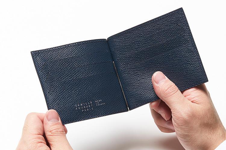 (同・開けたところ)<br />内装もヴォーグレネを使った贅沢な作り。カード用スリットは、革をカットしエッジを丁寧に磨き上げる高度な技術で仕上げられている。