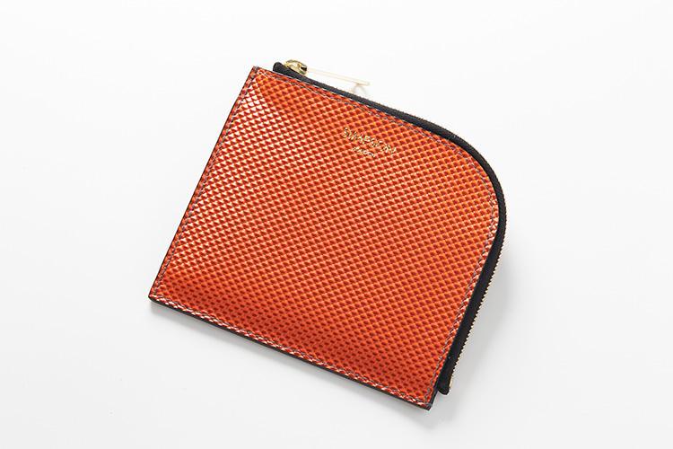 <strong>シンプソン ロンドン</strong><br />スーツの内ポケットでも嵩張らないマチなしの「L-ZIP財布」。L字のカーブは緩やかで、するすると心地良く開閉できる。縦11×横9.5cm。1万5000円(MIYAKE)