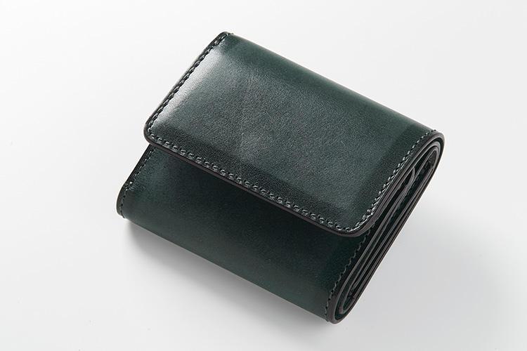<strong>ソメスサドル</strong><br />スクエアシリーズの3つ折り財布は、型押しなどを施さず、堅牢な革をいかしたシンプルデザイン。そのため肉厚な革本来の表情と経年変化を、じっくり楽しむことができる。縦7.7×横10×マチ3cm。3万3000円(ソメスサドル青山店)