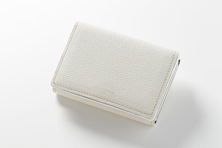<strong>ペッレ モルビダ</strong><br />型押しの牛革で仕立てた「ミニウォレット」は、白でも比較的汚れや傷がつきにくく、きれいなまま使うことができる。縦7×横10×マチ2.5cm。2万円(ペッレ モルビダ 銀座)