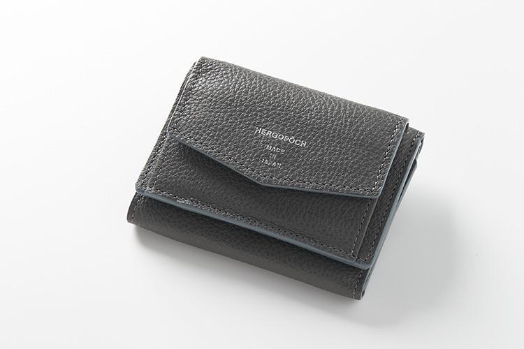 <strong>エルゴポック</strong><br />小銭、紙幣、カードが小さくまとまる牛革製の「TCW-FD」は、封筒のようなミニマムデザイン。イタリアのソフトシュリンクレザーも、滑らかタッチで手に気持ちいい。縦7.5×横10cm。1万9000円(キヨモト NC事業部)