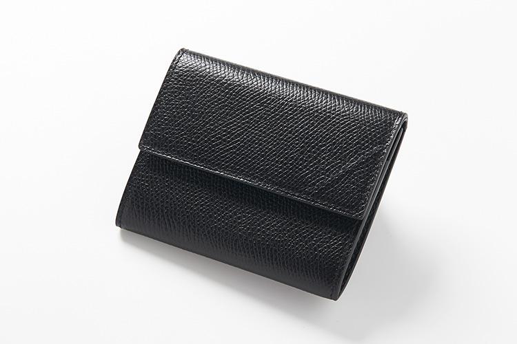 <strong>カミーユ・フォルネ</strong><br />ブランドを代表する「VERSO」シリーズ。表面は上質な牛革ヴォーグレネ、内側にはアリゲーターブラックをあしらった、同色異素材がモダンな「21.02 コインケース」。縦8×横9.5cm。7万円(カミーユ・フォルネ銀座ブティック)