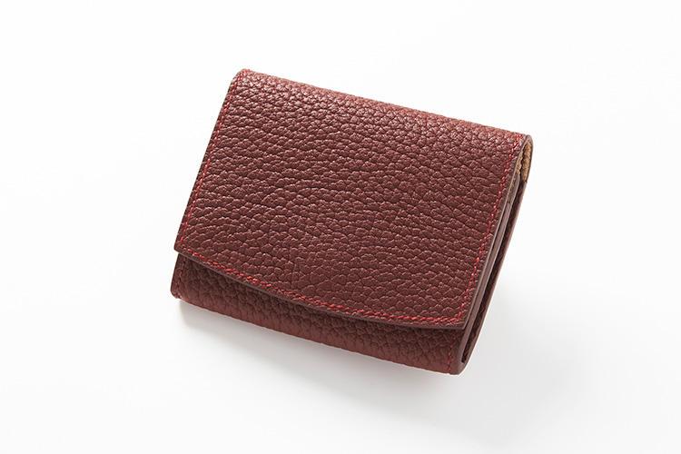 <strong>メゾンタクヤ</strong><br />ササマチ構造のメインポケット1室とカードケース5室を搭載した「Credit Card Coin Case」。外装は最高級の牛革をフランスでなめしたシュリンクカーフを採用。リッチな天然のシボ革は、非常にソフトで傷や曲げ伸ばし、水にも強い。縦7×横9.5×マチ2cm。3万3000円(ファーレ)