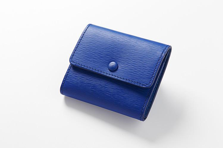 <strong>ジャン・ルソー</strong><br />フランス本国で職人がハンドメイドするコンパクトなコインケースは、小銭の飛び出しを防ぐスナップボタン付き。アリゲーターやオーストリッチなど、好みの革でオーダーもできる(料金別途)。縦7.5×横8.5×マチ2cm。2万6500円(アトリエ ジャン・ルソー)