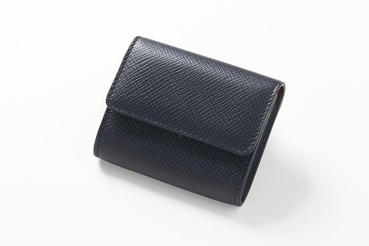 <strong>スマイソン</strong><br />美しい質感のクロスグレインレザーが都会的な、パナマコレクションのコインケース。カードが入らない分、サイズがかなりコンパクトでキャッシュレス派におすすめだ。縦7.2×横8.3cm。1万7000円(ヴァルカナイズ・ロンドン)