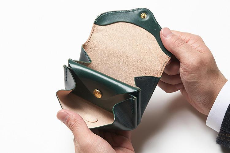 (同・開いたところ)<br />フラップ付きの中央一室は、小銭のほかカードも入るサイズ感。