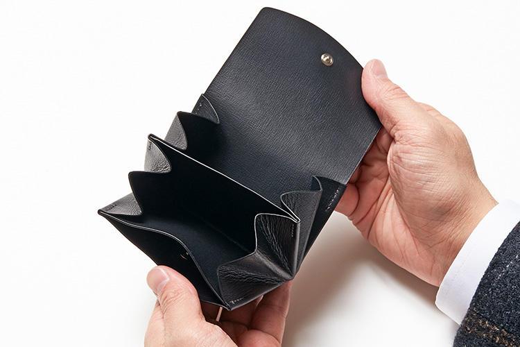 (同・開いたところ)<br />見た目の薄さからは想像つかないが、小銭、紙幣、カードを分類できる全3室。背面にはカードポケット付き。
