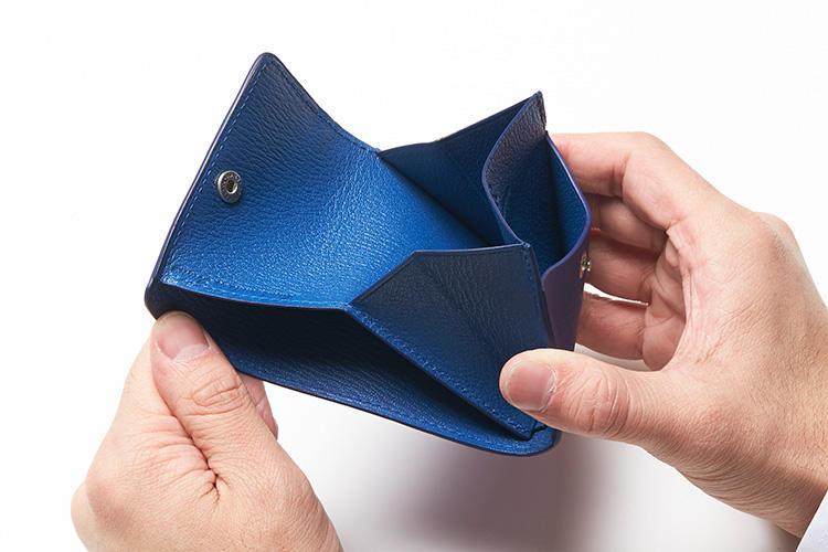(同・開いたところ)<br />内側には紙幣やレシートが入る仕切り2つを装備。