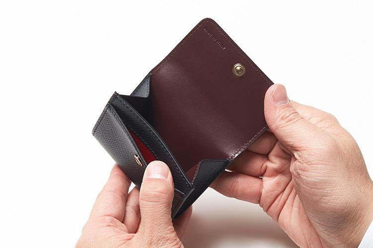 (同・開いたところ)<br />コイン室のほか、前面・背面にはスリップポケット付き。