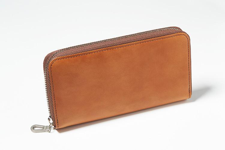 <strong>エルゴポック</strong><br />通常より一回り大きいサイズで作られた長財布は、スマホや通帳などを収納できるオーガナイザーとして持ち歩くことを考慮したモデル。外装はヴィンテージ風のムラ感ある、このブランドのアイコニックなワキシングレザーが使われている。縦11×横20.5×マチ2.5cm。3万2000円(キヨモト NC事業部)