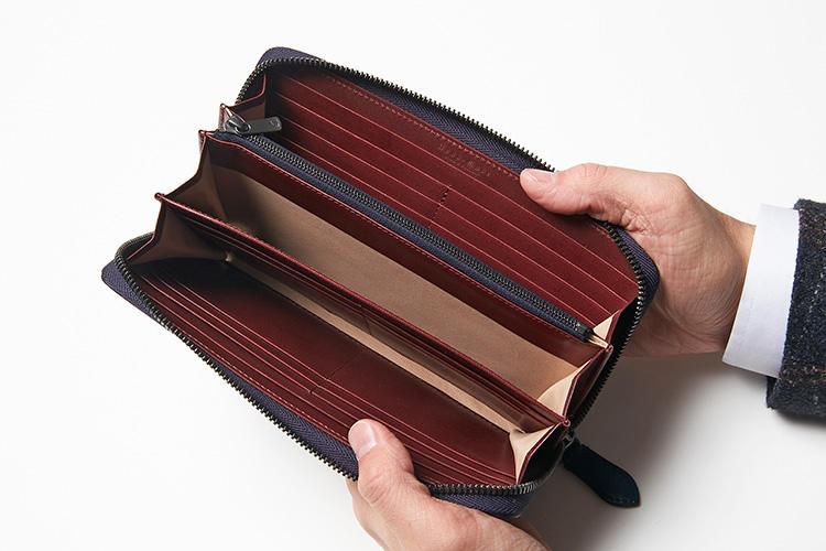 (同・開いたところ)<br />内装にはホースハイドが使われている。オールホースレザーなのがこのブランドのアイデンティティ。20枚のカードポケットを装備し、スッキリと収納可能。