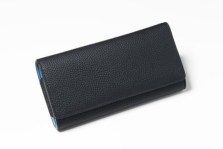 <strong>メゾンタクヤ</strong><br />ジャーマンシュランケンカーフを使ったフラップ式の長財布は、マチつきウォレットとしてはもちろんカードホルダーとしても大容量。閉じた状態でも外装と内装とがコントラストカラーになっている様子がわかるので、周囲にも洒脱な革小物という印象がアピールできる。縦9.5×横19×マチ2cm。8万9000円(ファーレ)