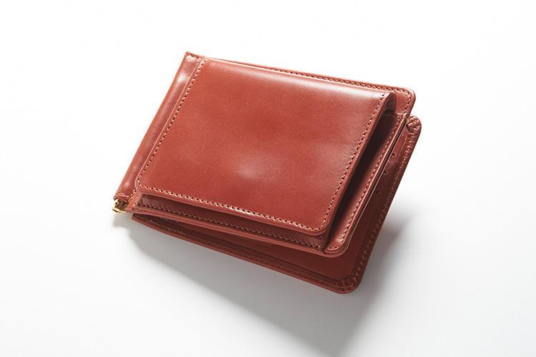 <strong>1位 ??マネークリップ財布「MONEY CLIP WITH COIN POCKET」</strong><br />マネークリップにコインケースをセットすることで、2つ折り財布としての機能をすべて搭載。マネークリップならではの薄さを追求しているため、コインポケットは外側に、カードポケットも7箇所用意されている。縦9×横11×マチ1.5cm。2万9000円(ブリティッシュメイド 銀座店)