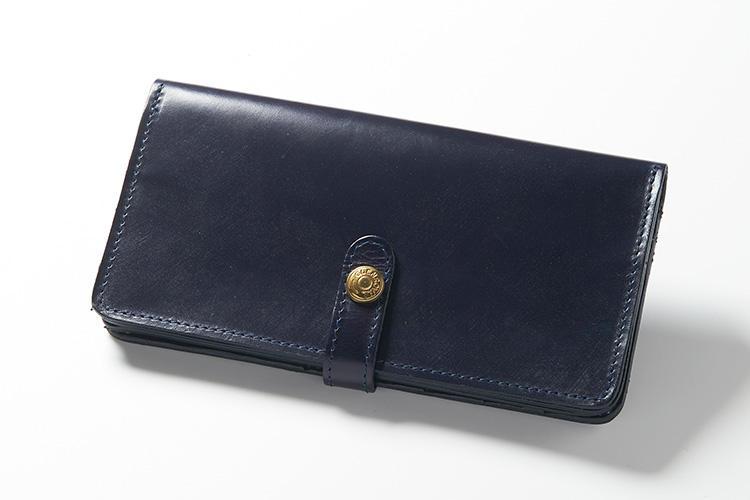 <strong>2位 ??長財布「ROUND LONG PURSE」</strong><br />スナップボタンタブで留められる長財布は、このブランドのロングセラーモデル。ボタン位置をずらすことで厚みの調節が可能なので、中身が増えても安心。ボタンの刻印もコンチョボタン風で、このままデニムのヒップポケットに入れたくなる財布だ。縦9.5×横18×マチ2.5cm。4万4000円(ブリティッシュメイド 銀座店)