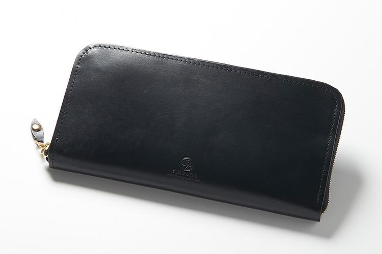 <strong>3位 ??長財布「ZIP AROUND LONG PURSE」</strong><br />オーセンティックなラウンドジップタイプの長財布は、高さ10cmとパスポートも収納できるサイズと収納力。ジップのスライダーも大きく手袋をしたままでも開閉がしやすい。男性だけでなく女性にも人気のモデルだ。縦10×横19.5×マチ2cm。4万5000円(ブリティッシュメイド 銀座店)