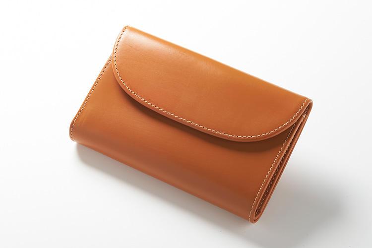 <strong>1位 ??3つ折り財布「S7660」</strong><br />WHCの「三つ折り」といえば、大人気モデルのこちら。紙幣、コイン、カードの他、多目的な収納ポケットを備えているため収納力にも定評あり。アイコンデザインの半円形フラップと、ころんと丸いフォルムも人気で、女性にも愛用者が多いモデルだ。縦9.5×横14cm。3万9000円(グリフィンインターナショナル)