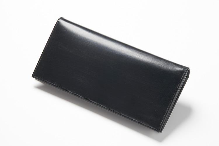 <strong>3位 ??長財布「S9697L」</strong><br />ストイックなまでにシンプルな形状の長財布は、外側には一切のロゴやデザインを置かず、フォーマルな席が似合うドレッシーなもの。冠婚葬祭の場で財布を取り出す際にも、スマートに振る舞うことができる。縦9×横18.5cm。4万2000円(グリフィンインターナショナル)