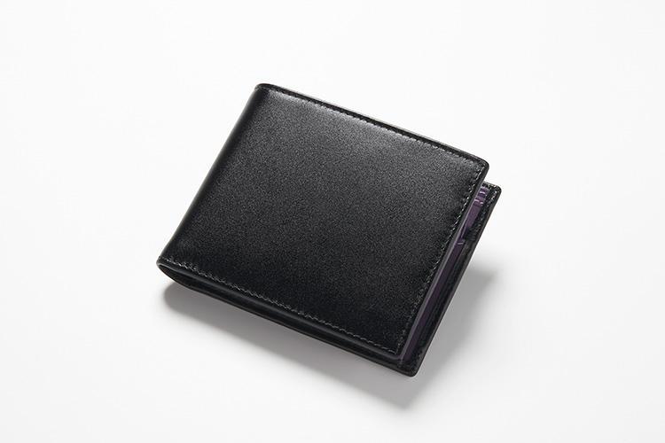 <strong>1位 ??2つ折り財布「ST141JR」</strong><br />英国のスターリング・ポンド紙幣のインクカラーをイメージした上質カーフの「スターリングシリーズ」のコインポケット付き2つ折り財布。外側は黒、内側には英国王室をテーマにした4色で展開されている。4万2000円(エッティンガー銀座店)