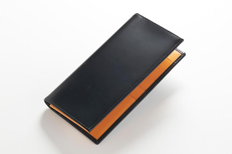 <strong>2位 ??長財布「BH2112EJR」</strong><br />横開きする長財布は2017年冬に誕生した、最近のモデルが堂々2位にランクイン。コレクションのなかでは最小のサイズを誇るが、1万円札の横幅にあわせて作られているため、日本円を持ち歩くにはちょうどいいのだ。縦17.5×横9cm。4万9000円(エッティンガー銀座店)