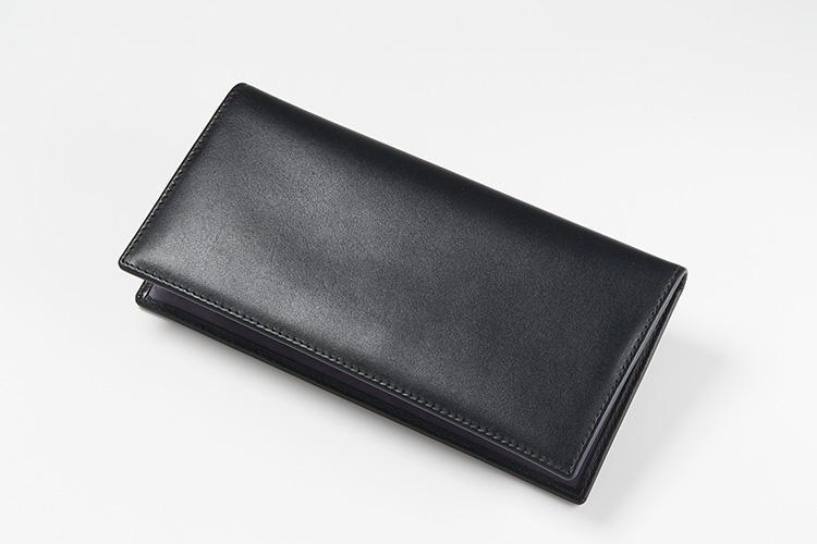 <strong>3位 ??長財布「ST953AJR」</strong><br />こちらも2位と同じく長財布だが、内装が異なるモデル。薄型にこだわった作り込みと、内装色を英国のスターリング・ポンド紙幣のインクカラーをイメージした、一位の「スターリングシリーズ」と同じ上質カーフのコレクションだ。縦19×横9.5cm。4万5000円(エッティンガー銀座店)