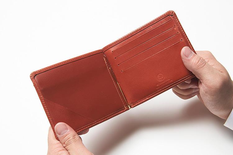 (同・開いたところ)<br />開くと右側にカードポケットが4箇所。左側のスリットは、紙幣を挟んで固定したり、チケットや領収書を挟んでおく事もできる。