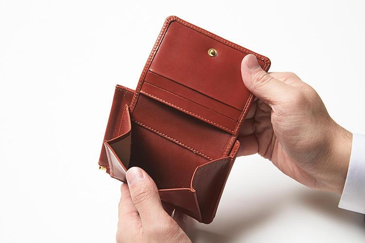 (同・コインケースを開いたところ)<br />外側のコインケースはフラップ式で、開くとカードポケットが3箇所用意されている。
